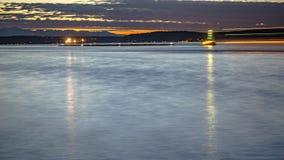 Tacoma zatoka przy zmierzchem z światłem wlec od łodzi obrazy royalty free