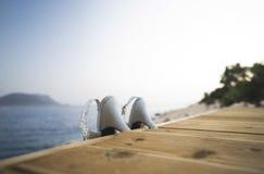Tacones altos de la lentejuela en la plataforma de la natación Imagenes de archivo