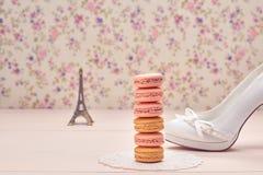 Tacones altos de la moda, torre Eiffel en la madera Macarons Imágenes de archivo libres de regalías