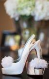 Tacones altos rojos de las novias únicos fotografía de archivo libre de regalías