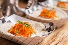Tacos überstiegen mit Karotten und Kräutern stockbilder