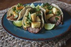 Tacos Al Pastor avec du porc rôti, l'ananas frais, et le Cilantro Photo libre de droits