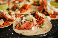 Tacos al pastor, meksykański taco, uliczny jedzenie w Mexico - miasto obrazy stock