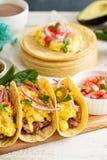 Tacos avec des oeufs pour le petit déjeuner Photo libre de droits