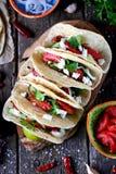 Tacos caseiros com carne triturada no molho de tomate com tomates frescos, pepinos, pimentão e queijo macio Alimento mexicano fotografia de stock