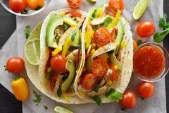 Tacos com carne e vegetais da galinha Foto de Stock