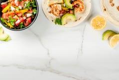 Tacos con salsa y camarón foto de archivo libre de regalías