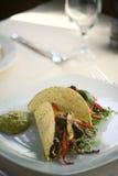 Tacos curruscantes con el verde de la salsa Fotografía de archivo
