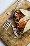 Tacos de bifteck aux oignons et à la sauce rouge photographie stock