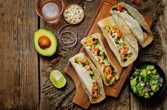 Tacos de crevette avec le Salsa d'avocat images libres de droits
