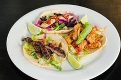 Tacos de crevette de bifteck de poulet Images libres de droits