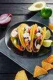 tacos de Dur-SHELL avec la crème sure photographie stock libre de droits