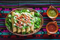Tacos de Flautas de pollo e de alimento da salsa mexicano caseiro Cidade do México fotos de stock