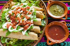Tacos de Flautas de pollo y mexicano hecho en casa Ciudad de México de la comida de la salsa imagen de archivo