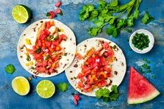 Tacos de galinha grelhados mexicano com salsa da melancia fotografia de stock