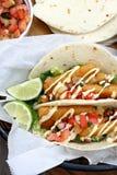 Tacos de pescados con la cal Imagen de archivo
