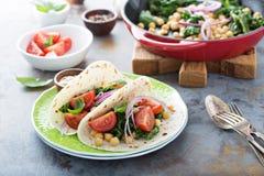 Tacos de petit déjeuner de Vegan avec le chou frisé et les pois chiches photo stock