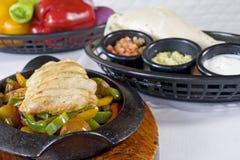 Tacos de poulet avec des immersions Images stock