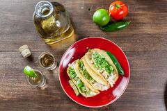 Tacos de poulet mexicain de nourriture avec des ingrédients et des WI de tirs de tequila photo stock