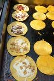 Tacos de rue étant préparé sur un gril image libre de droits