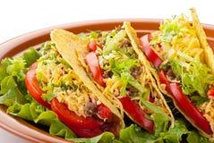 Tacos del manzo con insalata e la salsa dei pomodori Fotografie Stock