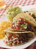 Tacos del manzo con l'insalata ed il Guacamole del formaggio Fotografie Stock