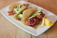 Tacos di pesci con guacamole ed il limone Immagini Stock Libere da Diritti