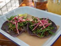 Tacos do asada de Carne que sentam-se na tabela do restaurante em um pavimento tropical imagem de stock royalty free
