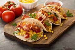 Tacos do café da manhã com ovos mexidos e bacon imagens de stock royalty free