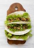 Tacos do camarão na placa de madeira sobre o fundo de madeira branco, vista aérea Alimento mexicano Configura??o lisa, a?rea, de  foto de stock royalty free