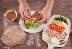 Tacos do envoltório do cozinheiro chefe das mãos Fotografia de Stock Royalty Free