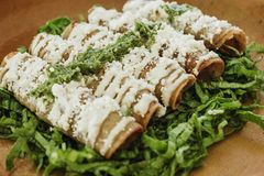 Tacos dorados, Flautas de Pollo, Hühnertacos und selbst gemachte mexikanische Nahrung der würzigen Salsa in Mexiko lizenzfreies stockbild