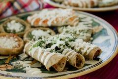 Tacos dorados, Flautas de Pollo, H?hnertacos und selbst gemachte mexikanische Nahrung der w?rzigen Salsa in Mexiko stockbilder