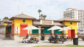 Tacos e hamburgueres de Naugles na praia Imagem de Stock Royalty Free