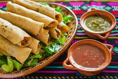 Tacos Flautas de Pollo und selbst gemachter Mexikaner Mexiko City Lebensmittel der Salsa Stockbild