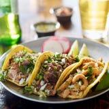Tacos mexicain authentique de rue de plat avec le boeuf et le porc image libre de droits