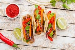 Tacos mexicain avec de la viande et des légumes Pasteur d'Al de Tacos sur le woode photos stock