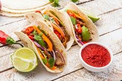 Tacos mexicain avec de la viande et des légumes Pasteur d'Al de Tacos sur le woode photographie stock