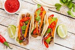 Tacos mexicain avec de la viande et des légumes Pasteur d'Al de Tacos sur le woode images stock