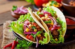 Tacos mexicain avec de la viande, légumes Photo stock