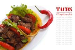 Tacos mexicain avec des poivrons de piment d'isolement sur un blanc Photo libre de droits