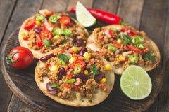 Tacos mexicain avec du boeuf, des légumes et des épices photo stock