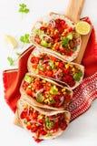 Tacos mexicain de boeuf et de porc avec le Salsa, le guacamole et les légumes photos stock