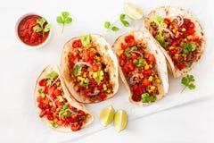 Tacos mexicain de boeuf et de porc avec le Salsa, le guacamole et les légumes images stock