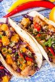 Tacos mexicain de porc avec les légumes et le potiron Tacos sur en bois photographie stock libre de droits