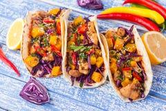 Tacos mexicain de porc avec les légumes et le potiron Tacos sur en bois photographie stock