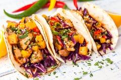 Tacos mexicain de porc avec les légumes et le potiron Tacos sur en bois image libre de droits