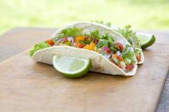 Tacos mexicain de porc sur le fond rustique en bois Pasteur d'Al de Tacos photographie stock libre de droits