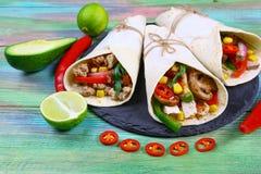 Tacos mexicain - plat traditionnel avec des ingrédients viande et légumes du plat sur le fond en bois photos libres de droits