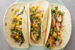 Tacos mexicain traditionnel dans le plat bleu tout préparé photographie stock libre de droits